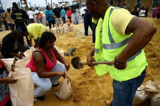 Los residentes de Baltimore llenan sacos de arena en la preparación para el Huracán Irene (AFP, Edouard Guihaire)