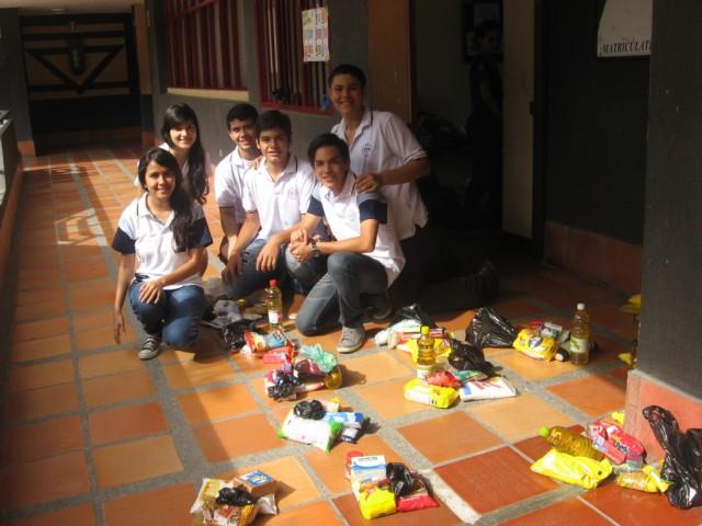 JOVENES TRAYENDO COMIDA A LOS POBRES2_Colegio Benezer
