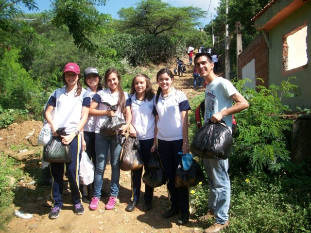 JOVENES TRAYENDO COMIDA A LOS POBRES3_Colegio Benezer